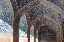 整个颜色花纹和造型赏心悦目,而且布局超大气派。挺敬佩波斯人的建筑设计!那个蜂窝拱门很特别,极少见的对