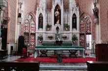 教堂的壁画很鲜艳生动,玻璃美极了。