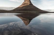 静谧的水面倒映着教会山