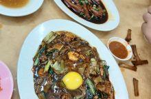 怡保的老字号德记的月光河,上面的生鸡蛋要趁热拌入河粉里。看着黑黑的味道还不错。