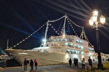 在神户港可以乘坐游览客船。坐在船上可以欣赏到明石海峡大桥和濑户内海的景色。同时船上还有丰富的美食和饮