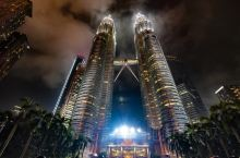 双子星塔也称为国油双峰塔 (Petronas Twin Towers) ,耸立在吉隆坡最繁华的心脏地