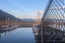 被盐湖城的晨曦吸引的人们往往会忽略这里的港湾因湖水的蓝色,清澈透亮而更散发迷人气息……那是一种秀色可