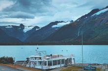 因为国家地理杂志报道过Portage冰川,所以这块冰川就比较出名。 爱斯基摩老弟很友善,看我冻成傻x