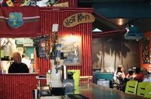 The Reef Restaurant,洋溢着浓烈而欢快的色彩,欢快活泼的音乐,和夏威夷吉他、椰树等