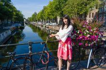 【运河上的阿姆斯特丹】  阿姆斯特丹运河带,连接了100多座岛屿,有1000多座桥梁,河网交错,河道