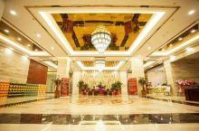"""温泉大酒店是一家""""老字号""""酒店,于2018年重建装修完毕,以时尚现代的装修风格,先进的完善设施,细微"""