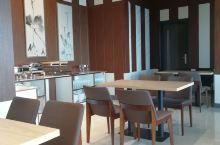 拉斯海马长城酒店的早餐。去的有点晚正常早餐时间已经过了,经和服务员及厨师沟通后,特意又单独做了一份给