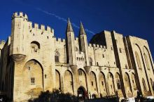 宫殿分旧殿和新殿两部分,旧殿朴实无华,属罗马建筑风格;新殿富丽堂皇,为典型的哥特式建筑。城堡外围以宏