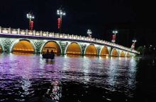 玛纳斯红酒公园出了一个网红桥,晚上坐着电动船,感觉还真是不错,