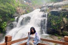单位疗休养day3第一个景点 下雨天出发爬山看瀑布也是醉了。 大巴开了两个小时终于到了,途中经历了小