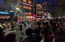 弘大路的夜晚热闹非凡。很多素人和小艺人在路上演出,也很多好吃的小店。