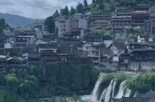悬挂在瀑布的小镇,有着最可爱的人。