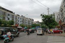 在贵港第六地质队对面,有个七里桥水果市场,其实市场外没有写叫什么市场,只知道这里是七里桥所以就这么叫