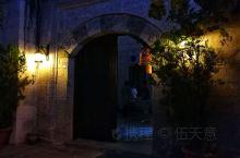 卡帕多奇亚最初是修道士凿洞而居修身养性的修道圣地,后来,更多人为躲避战乱而在那里修建起了洞穴版的世