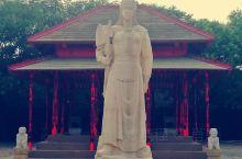 """妇好墓位于河南省安阳市,是殷墟唯一保存完整的商代王室墓葬。该墓无墓道,墓上建有被甲骨卜辞称为""""母辛宗"""