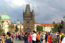 查理大桥是布拉格人在伏尔塔瓦河上修建的第一座桥梁,距今已有650 年历史,是捷克历代国王加冕游行的必