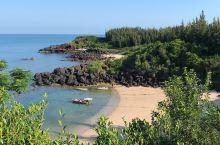 情人湾·藏在深山无人扰  儋州市的情人湾, 因为不出名, 去的人不多, 所以格外宁静。 只有少量的渔
