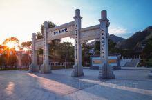 黄庭坚故居位于江西省九江市修水县双井村,这里位于群山环抱之中,一条酷似明月的小河缓缓从村前流过,环境