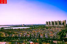 共2个含义  红莲湖位于湖北省鄂州市华荣区庙岭镇境内,西距武汉市约20公里,东距鄂州市约23 公里。