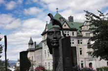 魁北克老城区保留了完整的老城墙和防御系统,坐着马车在老城区游览,曲折蜿蜒的街道,咖啡馆、小店夹杂其中