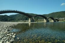 """锦带桥名列日本三大名桥之首,因其景致而被称为""""锦带桥""""。 这里不但木桥优美,两岸的风光也非常漂亮,春"""