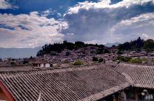 丽江古城位于云南省丽江市古城区,又名大研镇,坐落在丽江坝中部。古城内的街道依山傍水修建,有四方街、木