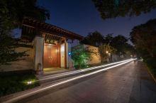 扬州以前有火山,留下很多温泉资源,瘦西湖就在这家温泉酒店对面,闹中取静,古朴优雅。汤池用火山岩砌成,