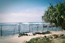 """""""世界上最牛的钓鱼方式""""……高跷渔夫 斯里兰卡高跷渔夫主要集中在西南海岸的浅海区,从Galle到Mi"""