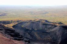 乌兰察布的乌兰哈达火山群雄伟壮丽,爬上火山环形山顶,抚摸大地,那蜂窝状的山石上貌似还留存一万年前喷发