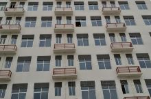 在玉林陆川县,新建的中医院大楼挺漂亮的,不过还没完工。楼对面还是劈开的山,里面有人倒了很多废建筑材料