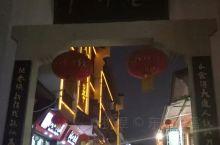 武汉户部巷,有名的小吃商业街,夜晚的时候很热闹,很多商家门前都排起了大长队。吃饱后,夜游了长江,在江