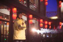 冬天一到,感觉冷的都不太想出门。所以专门来中国马镇来玩玩,顺便吃吃招牌烤全羊。 在马镇古街上,大红灯