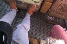伊朗的长途大巴便宜、舒服、宽敞。所有的车都会发一份糕点饮料。例如从德黑兰到卡尚的车费32万里亚尔,合