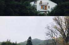 人生一定要来一次的莫干山度假villa丨杏宿·sense  青翠山林中的光影时间 纯白色的外观 静
