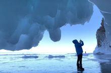 蓝冰之旅  之  冰洞 3月初的贝加尔湖的气温已经在中午时过了零上,所以冰洞的入口有很多已经残缺了,