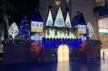 那霸国际通的白天和夜晚呈现不同的景致。12月,圣诞的气氛浓浓的。买药妆,可以选在国际通,走不了几步,
