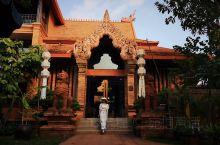 有着浓郁柬埔寨神庙风格的普良缪赤陶艺术酒店拍照超美  【酒店攻略】  详细地址:  30 Prapo