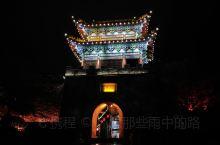位于陕南石泉县城的汉江北岸,有一条斑驳的老街。街上聚集着众多的陕南特色美食,也是石泉的文化中心。博物