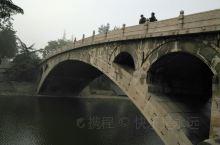 赵州桥位于石家庄市赵县城南,历史悠久。 建于隋代,由著名匠师李春设计和建造,距今已有约1400年的历