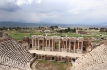 土耳其的遗址许多的闻名于世界,当然这一个也不例外。  他现在虽然已经落败,成了这个样子成为了一个遗址