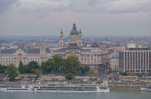 左边是布达,右边是佩斯,蓝色的多瑙河流淌期间