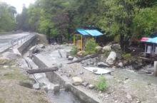从墨脱县返回到波密县古乡路上,穿过广东省援建的水泥大桥,就进入了幽静的巴卡村。莫嫌沿路未观花,绿遍田