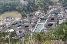 塔下村观景台俯瞰整个土楼建筑群 问村民去观景台的路让我们往菜地走 然后顺着水沟直走有2条路线往上方向