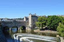 """巴斯是一个以""""浴池""""命名的小城,位于英格兰埃文郡的东部,距离伦敦100英里的路程,人口不足九万。巴斯"""
