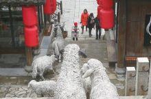 宝华山下的干华古村,恍如穿越回明清。它是一座仿明清建筑风格的民俗文化古村,又不失传统,古色古香,有着