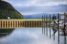 陶波湖是新西兰最大的湖,沿着陶波的高速路可以开上一小时,正好赶上了日落,夕阳透过云层倾洒在湖面上,整