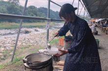 芋煮,这是日本东北,尤其是山形县非常出名的小吃。最传统的做法就是在河边支上锅,带上碗,煮一大锅芋煮,