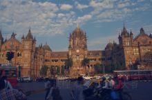 维多利亚火车站,世界文化遗产,是仅次于印度之门,泰姬玛哈酒店的地标性建筑,整个建筑布满了精美的石雕,