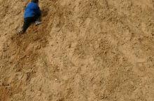 看看小朋友都玩疯了。 一大堆沙土 是孩子们的乐园 想起自己小时候大部分课余时间都是这沙土窝里摸爬滚打